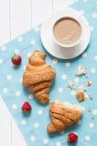 完善的早餐或午餐, croissasnt的概念 库存照片