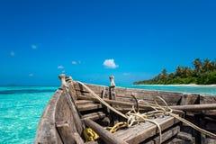 完善的海岛天堂海滩和老小船 免版税库存照片