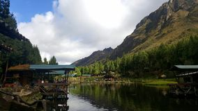完善的湖一个钓鱼日 免版税库存照片