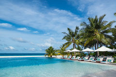 完善的热带海岛天堂海滩和水池 免版税图库摄影