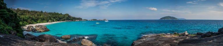 完善的热带海岛海滩和岩石巨大的全景与tu 免版税库存图片