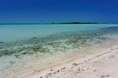 完善的热带海滩目的地,宪章风船 图库摄影