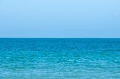 完善的绿松石海和蓝天在夏天 免版税库存图片