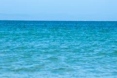完善的绿松石海和蓝天在夏天 库存图片