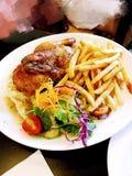 完善的罗斯玛丽烤了半只鸡w油炸物&沙拉 库存图片