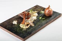完善的肉片断用白汁和新芽在木蟒蛇 免版税库存图片