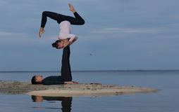 完善的acroyoga 美好的年轻夫妇平衡 免版税库存图片