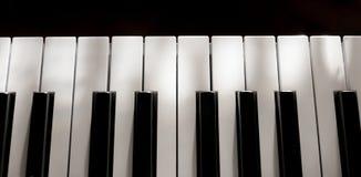 完善纯净的被隔绝的钢琴钥匙温和的阳光软的阴影 库存图片