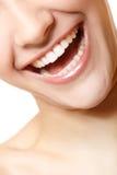 完善美丽的妇女微笑有伟大的健康白色牙的。 免版税库存照片