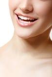 完善美丽的妇女微笑有伟大的健康白色牙的。 免版税图库摄影