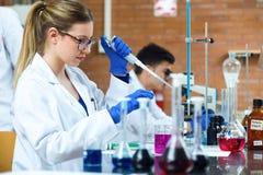 完成一个实验的年轻科学家在实验室 库存图片