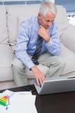 完成与他的膝上型计算机一起使用的商人 库存图片
