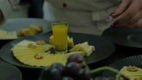 完成乳酪的厨师在厨房里 使用有机产物,手的关闭没有面孔厨师准备晚餐 股票录像
