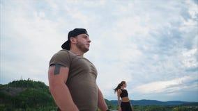 完成了一次联合训练的运动员在夏天享受自然 股票视频