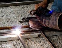 完成他们的焊工工作 免版税图库摄影