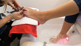完成修脚的美容院的妇女  股票视频