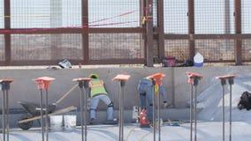完成具体工作的建筑工人在边界附近 股票录像