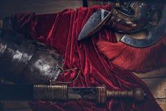 完成古希腊战士的作战设备的木板 免版税库存照片