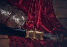 完成古希腊战士的作战设备的木板 免版税库存图片