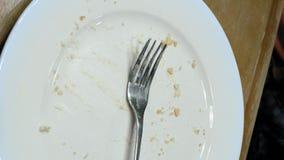 完成吃和把叉子刀子餐巾放在板材上 股票录像