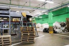 完成品仓库在工业企业中与木板台 免版税库存图片