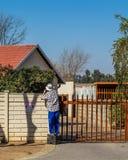 完成在房子的外部的杂物工保养工作 免版税库存照片