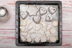 完成在盘子的新近地被烘烤的传统新年曲奇饼  库存照片