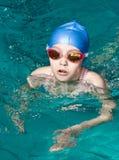 完成女孩游泳者 免版税库存图片