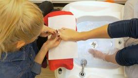 完成她的修脚的妇女由专家在美容院 股票视频