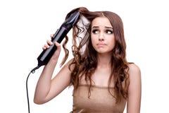 完成她头发的美丽的妇女与吹风器隔绝了o 免版税库存图片