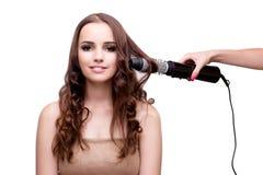 完成她头发的美丽的妇女与吹风器隔绝了o 库存图片