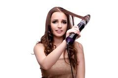 完成她头发的美丽的妇女与吹风器隔绝了o 免版税库存照片