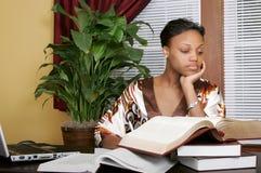 完成工作的女实业家 免版税库存照片