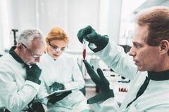 完成引起轰动的发现的著名化学家 库存照片
