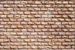 完成房子的墙壁的有一块棕色石头的外部 库存照片