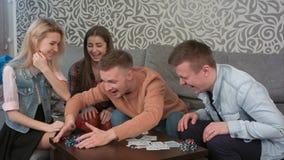 完成扑克牌游戏,打开他们的卡片和认可优胜者的小组十几岁 免版税库存照片