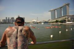 完成新加坡发展银行河赛船会的龙舟赛2013年 库存照片