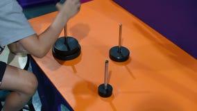 完成河内圈子难题的孩子移动圆圆盘在展示重要认为和问题solvin的三把标尺之间 股票视频