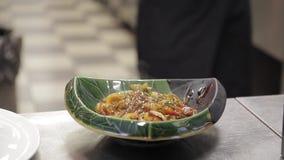 完成烹调菜盘装饰芝麻用草本的厨师室内 影视素材