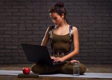 完成瑜伽锻炼和工作的美丽的女孩 免版税图库摄影