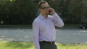 完成电话的一个愉快的年轻人 股票视频