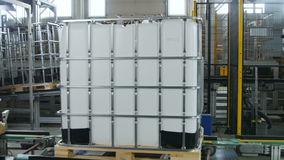 完成的中间散装货物集装箱在板台转动 影视素材