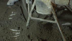 完成的混凝土在从金属坦克的地板上落 股票录像