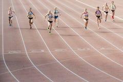 完成种族最后的短跑在100名米妇女 库存图片