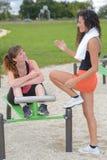 完成训练的两个愉快的女孩户外 库存图片