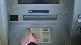 完成银行交易的顾客,撤出俄罗斯卢布金钱现金 股票视频