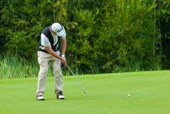 完成高尔夫球运动员他的摇摆 库存图片