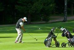完成高尔夫球运动员他的摇摆 免版税图库摄影