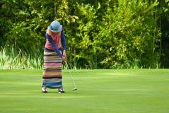 完成高尔夫球运动员他的摇摆 免版税库存图片