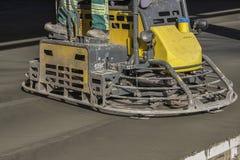 完成水泥地板的双重力量修平刀 免版税图库摄影